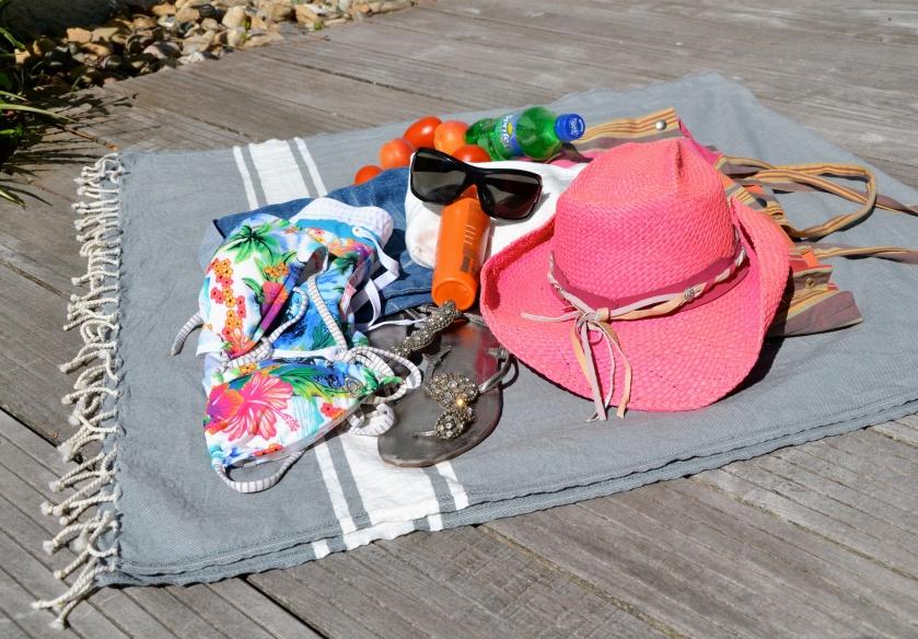 le Kit de survie au Ferret. Un 2 pièces, un short en jeans , un chapeau, une crème solaire Photo soph