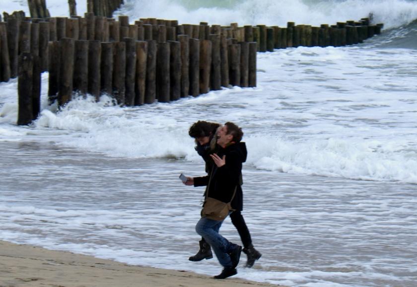 Selfie mouillé sur fond de tempête au Cap Ferret. Photo sophie Juby