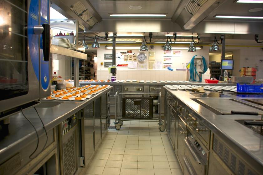 La cuisine du Pinasse en ordre de marche pour la préparation d'une soirée. Photo Sophie Juby